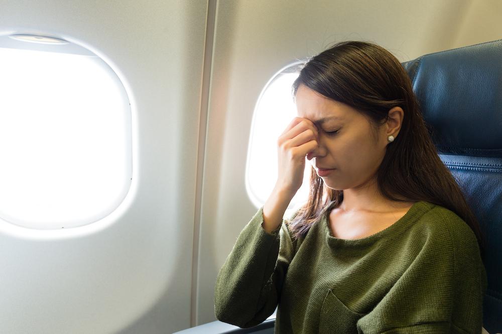 אישה פוחדת בטיסה