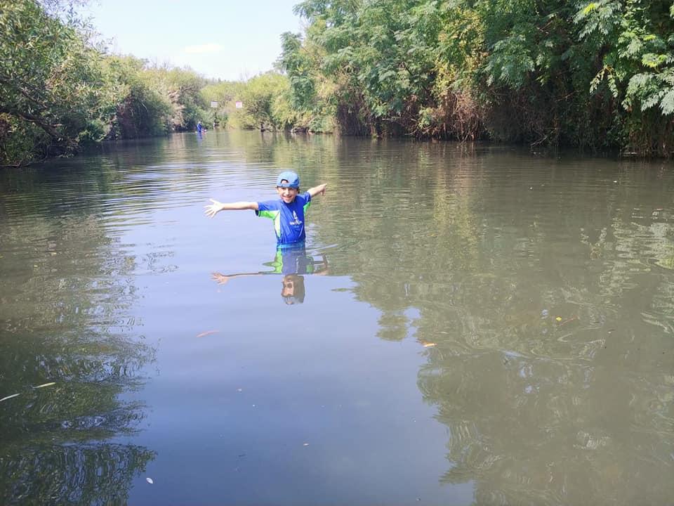 ילד באגם שהתגבר על פחד ממים