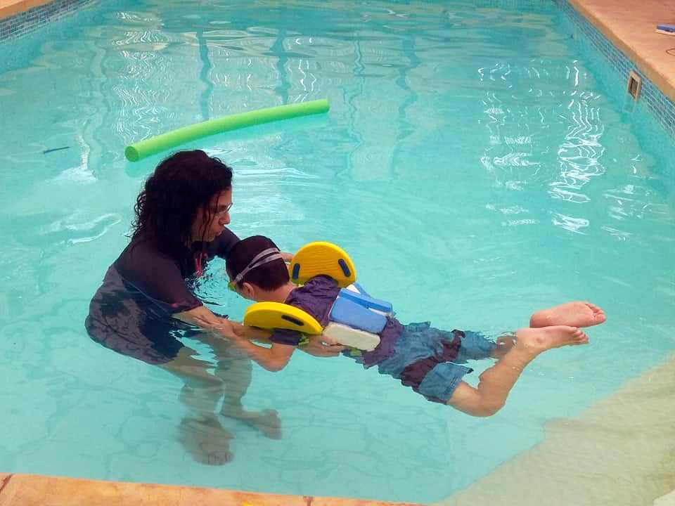 ילד מתגבר על חרדת מים